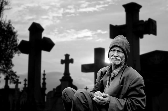 stařec na hřbitově