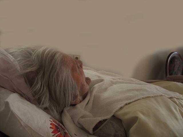 stařenka v posteli