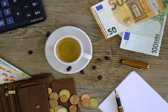 peníze, čaj a kalkulačka