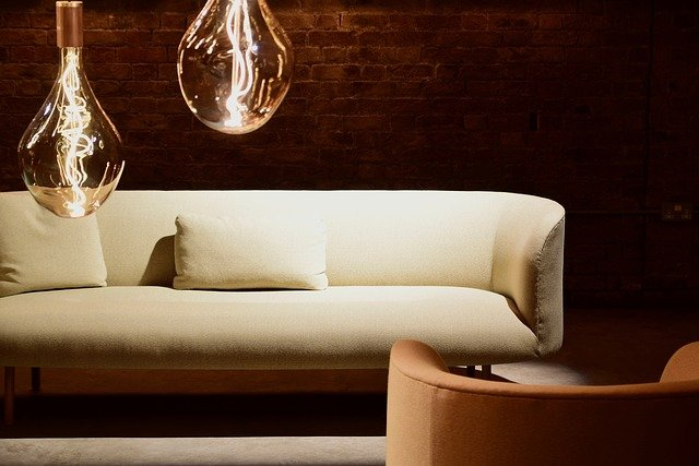 cihlová zeď za gaučem